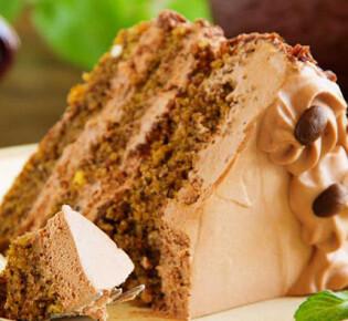 Как испечь вкусный кофейный торт и украсить его?