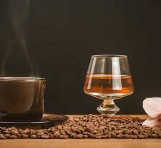 Как правильно готовить и пить кофе с коньяком?