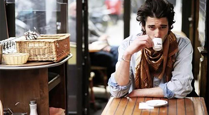Итальянец пьет кофе