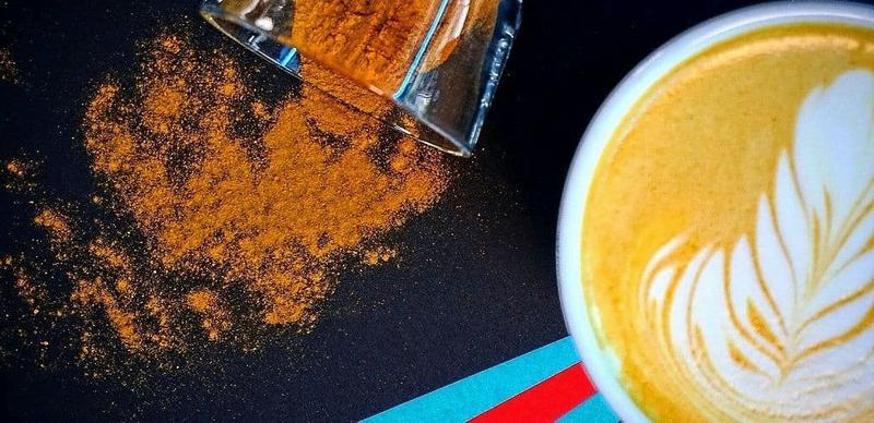 Кофе с куркумой и корицей