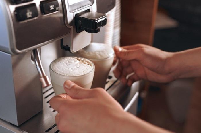 Приготовление латте в кофемашине