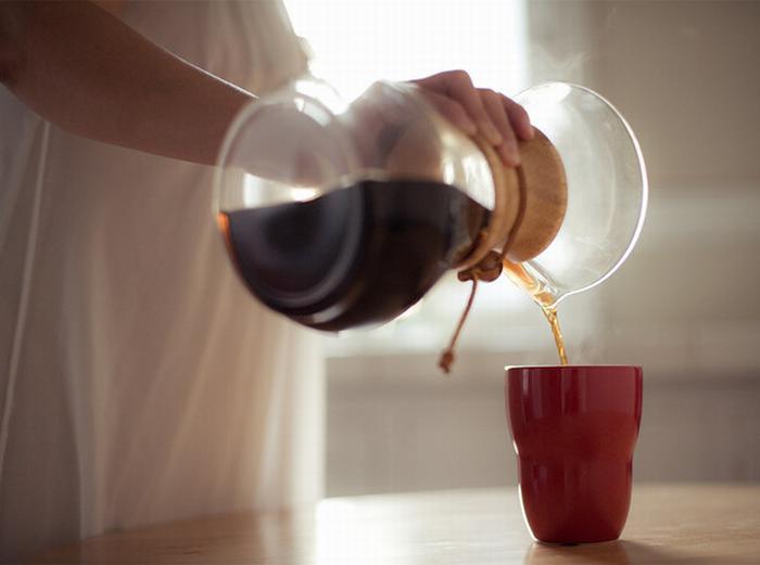 Наливание кофе в чашку