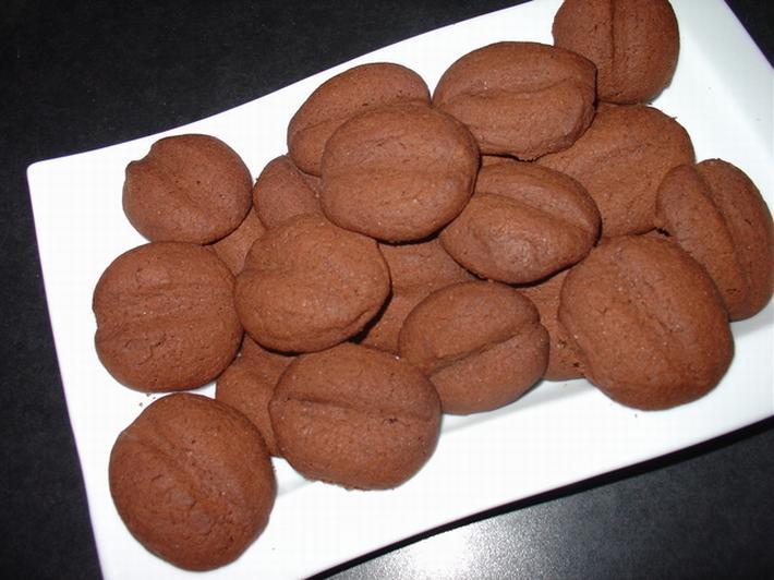 Кофейное печенье на тарелке