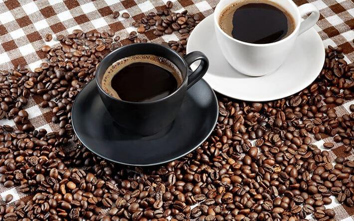 Зерна кофе и кофейные чашки