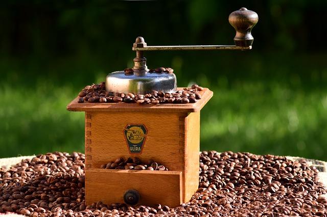 Ручная кофемолка и кофе в зернах