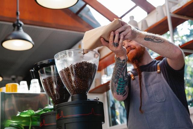 Засыпка зерен в кофемолку