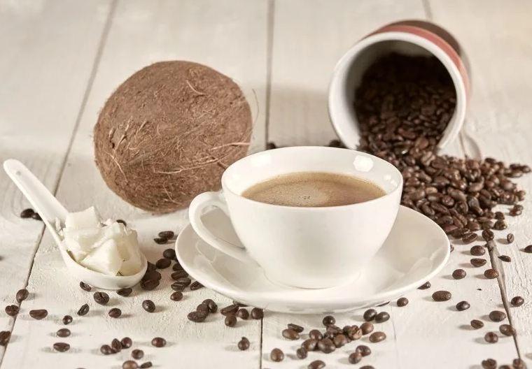 Чашка с кофе и кокос