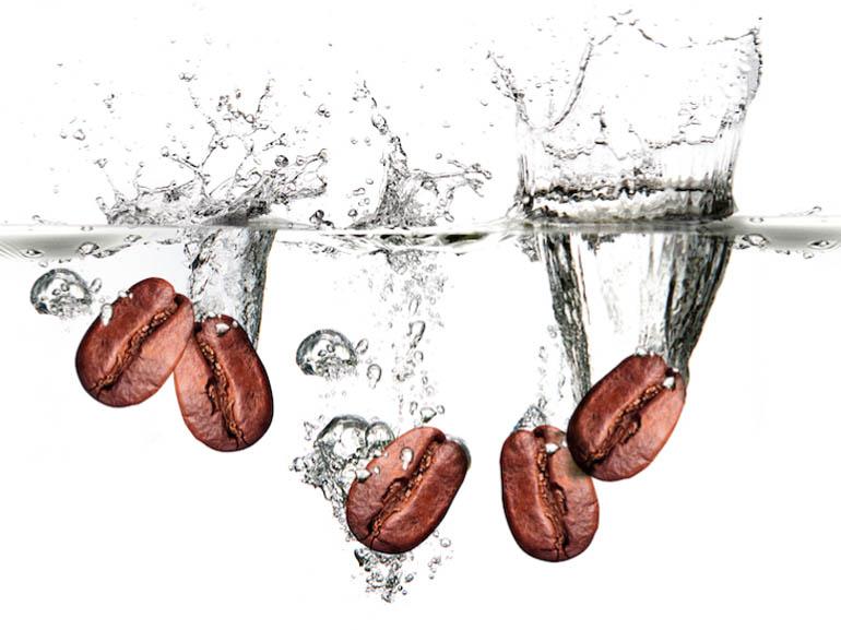 Кофейные зерна в воде