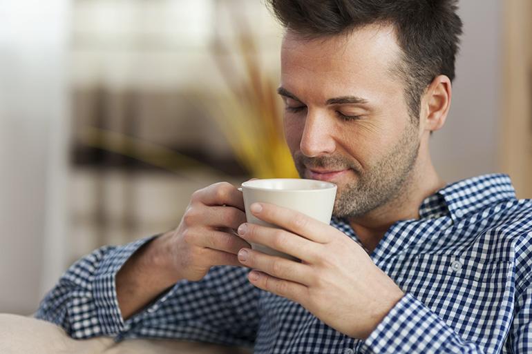 Мужчина пьет кофе