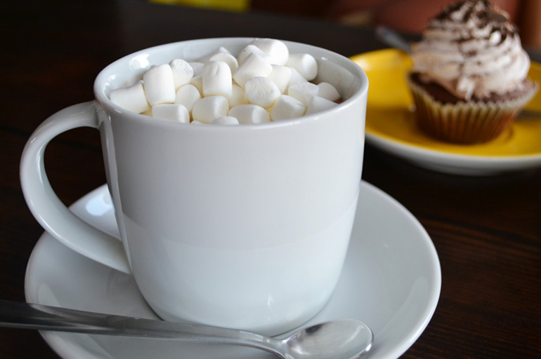 Подача кофе с маршмеллоу